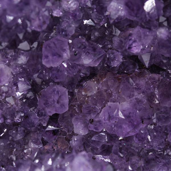 Géode d'améthyste avec cristal de calcite