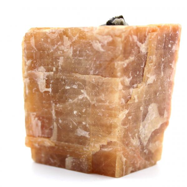 Cristaux de mica noir sur sur bloc de calcite orange